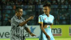 Indosport - Pelatih Persela, Heri Kiswanto saat memberi arahan kepada anak asuhnya.