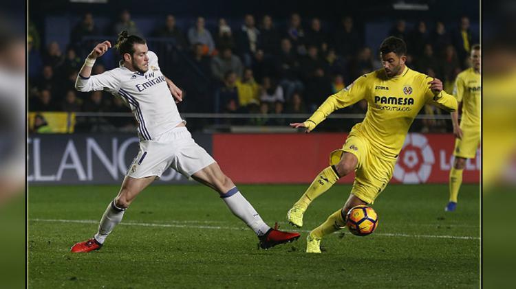 Mateo Musacchio (kanan) bek tengah Villarreal saat menjaga bola dari striker Real Madrid, Gareth Bale. Copyright: Angel Martinez/GettyImages