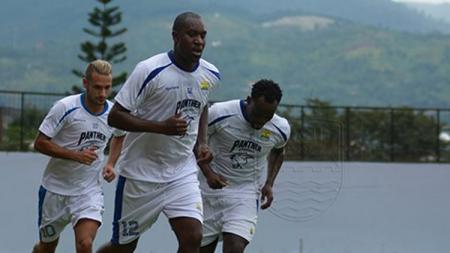 Carlton Cole, Raphael Maitimo, dan Michael Essien dalam sesi latihan Persib Bandung. - INDOSPORT
