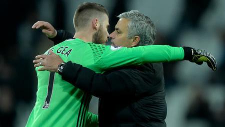 David De Gea (kiri) berpelukan bersama dengan Jose Mourinho. - INDOSPORT