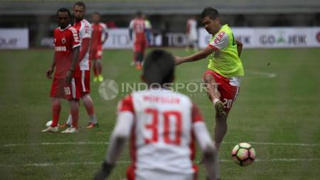 Bambang Pamungkas mengeksekusi bola saat uji coba lapangan Persija Jakarta jelang lawan Madura United. - INDOSPORT