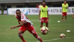 Indosport - Rohit Chand tengah mengejar bola saat uji coba lapangan Persija Jakarta jelang lawan Madura United.