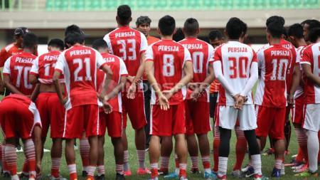 Penggawa Persija Jakarta tengah mendengarkan arah dari sang pelatih, Stefano Cugurra Teco. - INDOSPORT