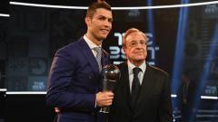 Indosport - Florentino Perez (kanan) bersama dengan Cristiano Ronaldo.