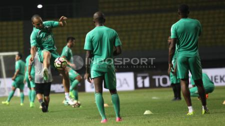 Aksi Marquee player Madura United FC, Peter Osaze Odemwingie (kiri) saat latihan tim. - INDOSPORT