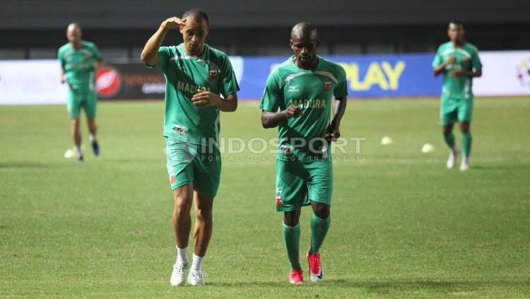 Peter Osaze Odemwingi bersama Greg Nwokolo pada latihan Madura United jelang lawan Persija Jakarta. Copyright: Herry Ibrahim/Indosport