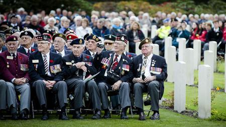 Veteran dan cucu-cucu prajurit maupun korban perang menghadiri Upacara Peringatan Perang Dunia II. - INDOSPORT