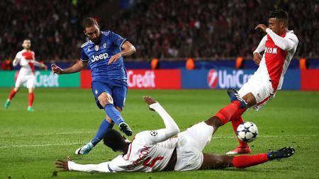 Gonzalo Higuain saat membuka keunggulan Juventus dari Monaco. - INDOSPORT