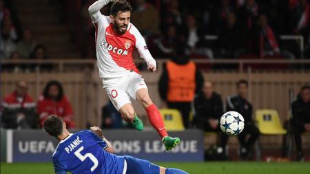 Pjanic menocba merebut bola dari pemain AS Monaco. - INDOSPORT