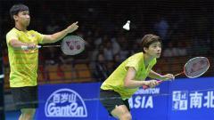 Indosport - Dechapol Puavaranukroh/Sapsiree Taerattanachai sukses menghabiskan wakil Malaysia di ganda campuran usai kalahkan Chan Peng Soon/Goh Liu Ying di Thailand Open.