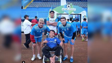 Gonzales dan Vizcarra bersama penyandang difaebel (Copyright : Instagram@newsarema) - INDOSPORT