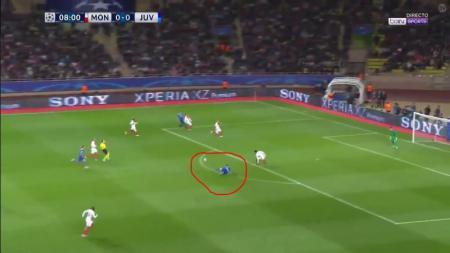 Gonzalo Higuain terjatuh saat hendak melakukan serangan. - INDOSPORT