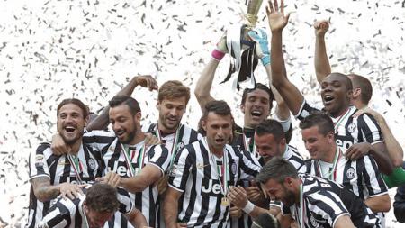 Juventus merayakan trofi scudetto yang mereka dapat musim 2013/14. - INDOSPORT