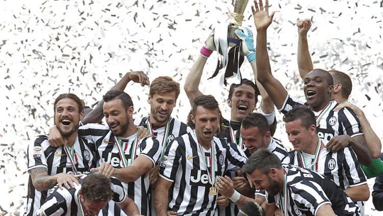 Juventus merayakan trofi scudetto yang mereka dapat musim 2013/14. Copyright: MARCO BERTORELLO/AFP/Getty Images
