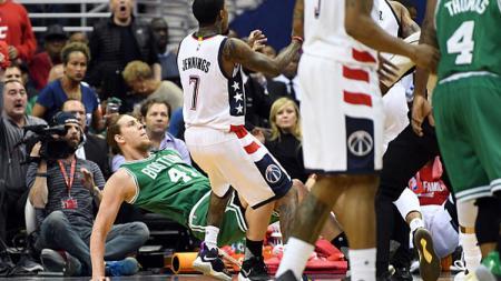 Center Boston Celtics, Kelly Olynyk didorong ke lantai oleh pemain Washington Wizards. - INDOSPORT