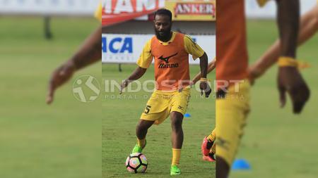 Semen Padang akan memberikan porsi latihan tambahan untuk Didier Zokora. - INDOSPORT