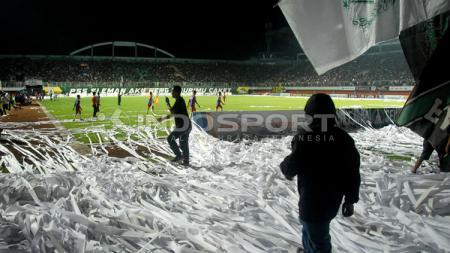 Ulah fans PSS Sleman melempar gulungan kertas membuat laga sempat ditunda. - INDOSPORT