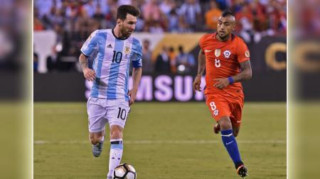 Lionel Messi vs Arturo Vidal. - INDOSPORT
