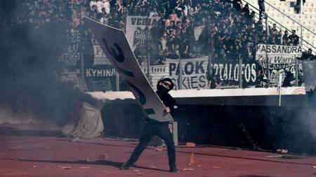 Laga final Greek Cup diwarnai kerusuhan antar suporter. - INDOSPORT