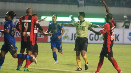 Persib Bandung vs Persipura Jayapura dalam lanjutan pekan kelima Liga 1 2017. - INDOSPORT