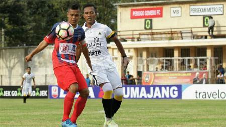 Reza Mustofa (Persigo Semeru FC) saat ditempel ketat Hermawan (Persekam Metro FC). - INDOSPORT