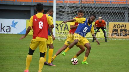 Semen Padang menggelar persiapan jelang menghadapi Borneo FC. - INDOSPORT