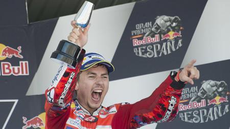 Jorge Lorenzo melakukan selebrasi di atas podium GP Spanyol. - INDOSPORT
