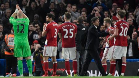 Antonio Conte tampak menyalami Patrick Bamford, salah satu mantan pemain Chelsea yang kini memperkuat The Boro. - INDOSPORT