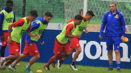 Pelatih Persiba Balikpapan, Milomir Seslija saat memimpin sesi latihan. - INDOSPORT