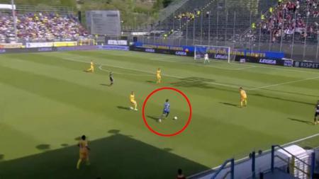 Kiper Trapani, Mirko Pigliacelli melakukan aksi gila saat melawan Frosinone - INDOSPORT