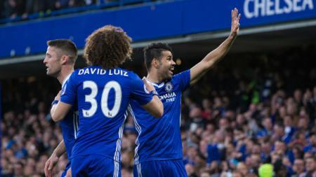 Striker Chelsea, Diego Costa melambaikan tangan ke arah fans setelah mencetak gol ke gawang Middlesbrough. - INDOSPORT