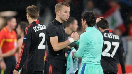 Michael Kadlec dan Lionel Messi bertukar jersey dalam sebuah pertandingan. - INDOSPORT