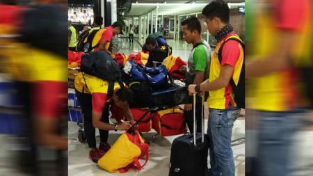 Firman Utina meminta doa dari para pendukung Bhayangkara FC saat mereka menghadapi Persipura Jayapura. - INDOSPORT