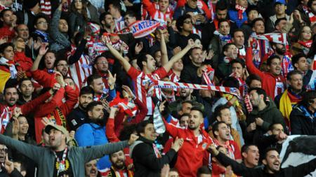 Fans Atletico Madrid ketika memberikan dukungan terhadap klub kesayangannya. - INDOSPORT