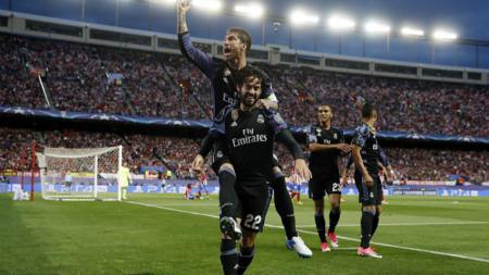 Sergio Ramos merayakan gol Isco ke gawang Jan Oblak. - INDOSPORT