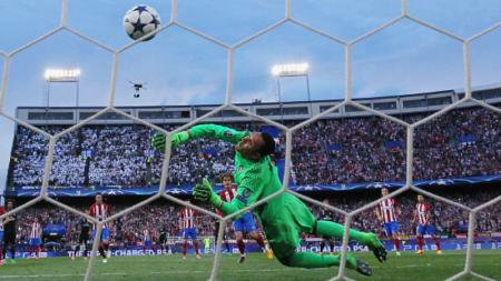 Antoine Griezmann mencetak gol ke gawang Keylor Navas melalui tendangan penalti. - INDOSPORT