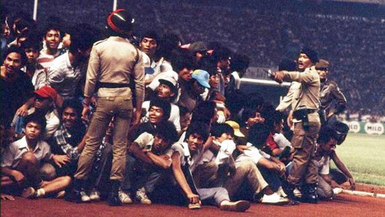 Penonton saat final Piala Perserikatan 1985 memecahkan rekor jumlah penonton terbanyak. Copyright: harian sinar harapan