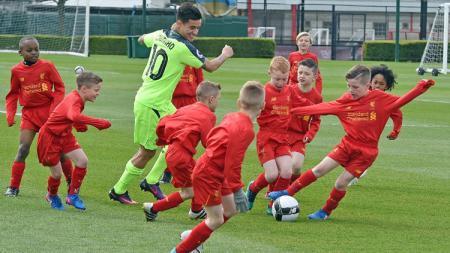 Coutinho meladeni perlawanan pemain U-9 Liverpool. - INDOSPORT