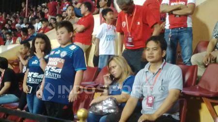 Eva Gonzales membawa serta 2 buah hati saat menyaksikan laga PSM Makassar kontra Arema FC. - INDOSPORT