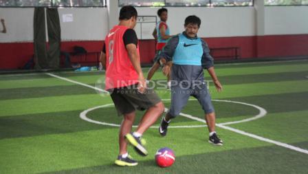 Aksi Indra Sjafri saat turun di lapangan futsal bersama Timnas U-19.