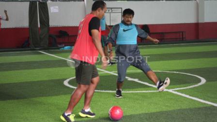 Indra Sjafri dan ofisial Timnas U-19 Indonesia berlatih futsal.