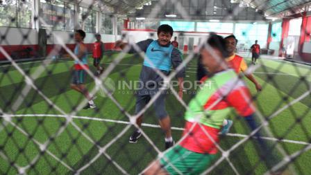 Indra Sjafri dan segenap ofisial Timnas U-19 nampak ceria saat menjalani latihan futsal.