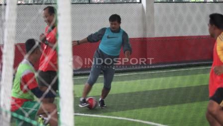 Indra Sjafri saat menjajal skilnya dalam bermain futsal.