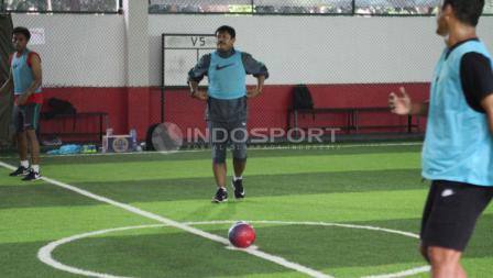 Indra Sjafri bersiap melakukan kick off saat berlatih futsal.