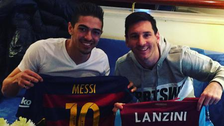 Lanzini (kiri) bersama dengan Lionel Messi. - INDOSPORT