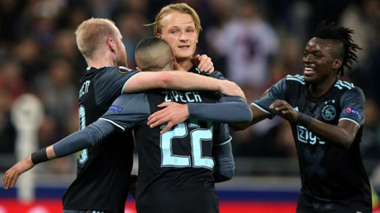 Skuat Ajax merayakan gol Dolberg (tengah) ke gawang Lopes. Copyright: VI-Images / Contributor