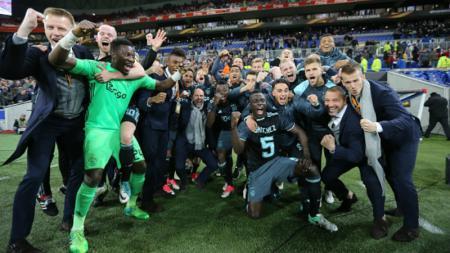 Skuat Ajax Amsterdam merayakan kelolosan mereka ke fase final Liga Europa. - INDOSPORT