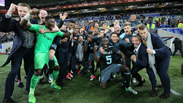 Skuat Ajax Amsterdam merayakan kelolosan mereka ke fase final Liga Europa. Copyright: VI-Images / Contributor / Getty Images