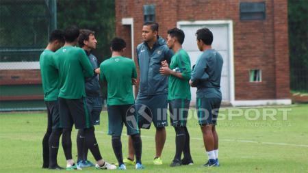 Luis Milla berdiskusi dengan 4 pemain Timnas Indonesia U-22. - INDOSPORT