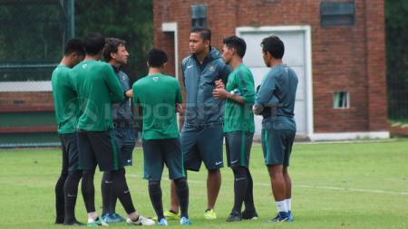 Luis Milla berdiskusi dengan 4 pemain Tinnas U-22 untuk meminta saran. - INDOSPORT